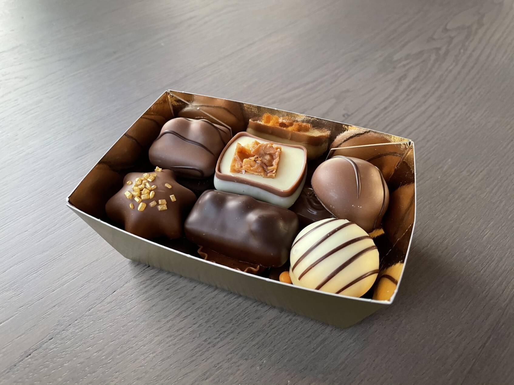 Goudbakje gevuld met 12 gevulde bonbons