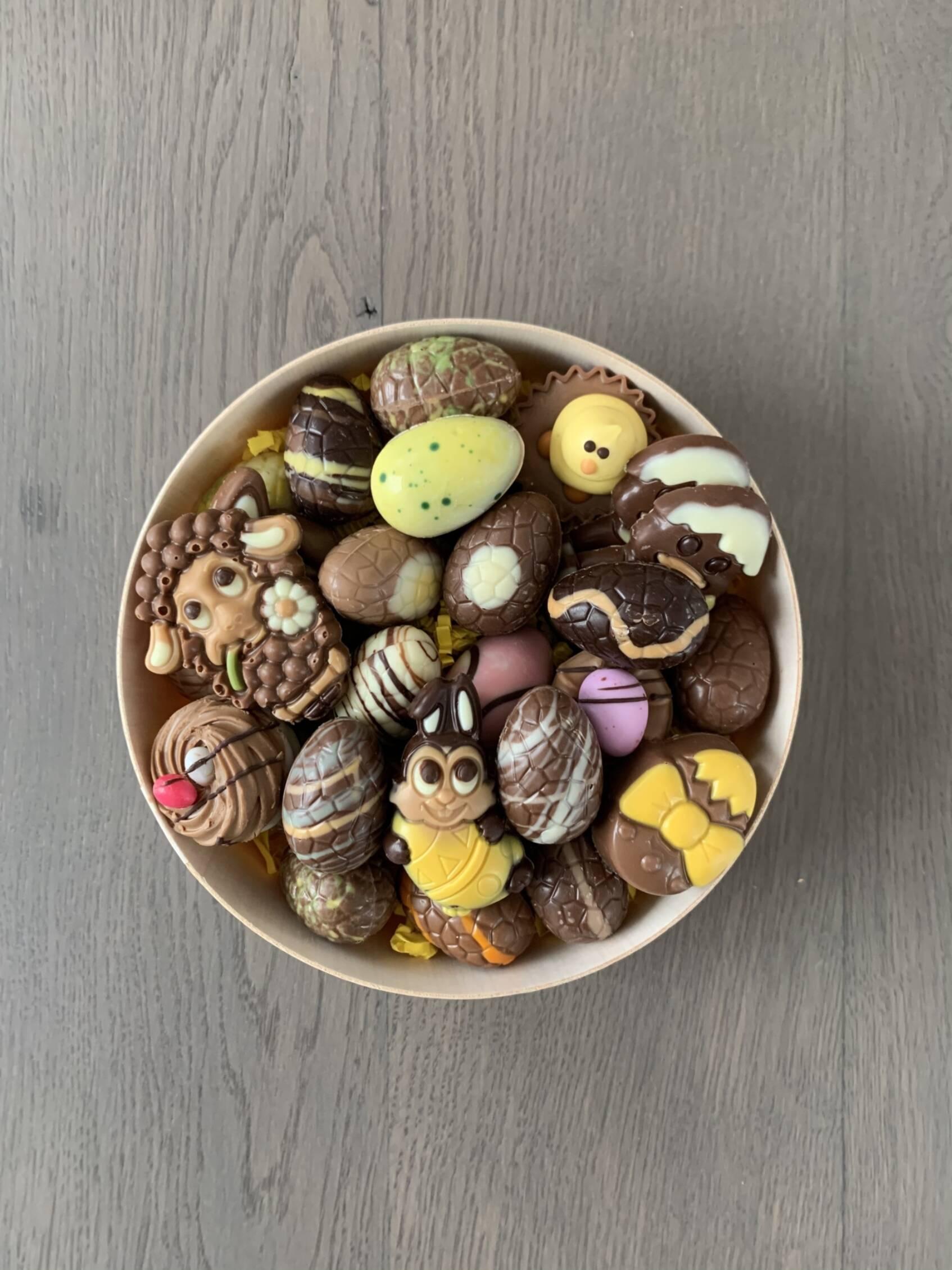 Gevulde schaal met paaschocolade